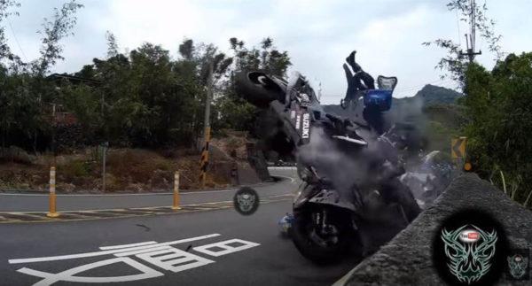 Un accidente de moto como nunca antes lo habías visto